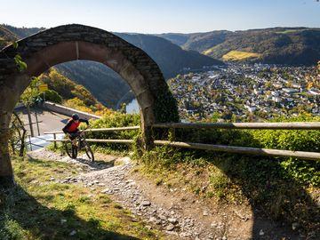 Mountainbike action at the archway in Starkenburg